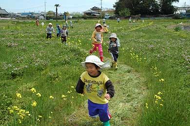 花の迷路で遊ぶ子どもたち